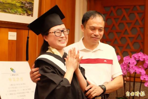 礁溪鄉的家庭主婦蔡文華(左),每天打理好家務後,利用時間至社區大學修學分,順利獲得畢業證書。(記者林敬倫攝)