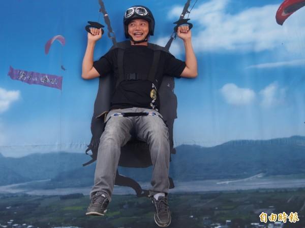 高台好協會將飛行傘活動做成3D圖,讓不敢實地體驗的民眾,透過拍照就能彷彿遨遊天際間。(記者王秀亭攝)