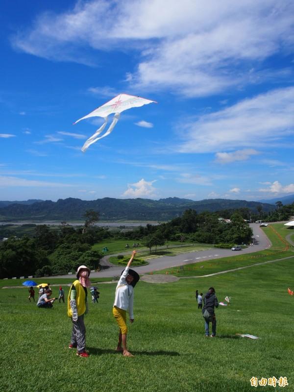 在高台大草原上放風箏,別有一番享受。(記者王秀亭攝)