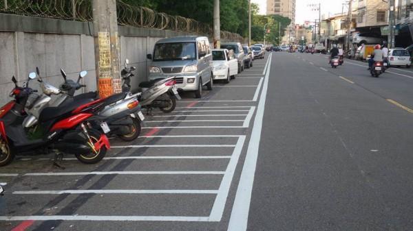 桃園市平鎮區龍德路、龍福路出現「加長型」停車格。(翻攝自臉書爆怨公社)