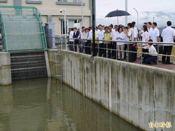 蔡英文總統今天到宜蘭五結抽水站了解宜蘭治水工程,宜蘭縣政府提出112.3億的治水經費,爭取納入前瞻計畫。(記者簡惠茹攝)