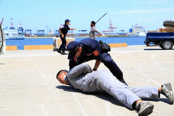 警政署評核105年肅槍和掃毒績效,台中上下半年都獲得六都第一。(圖/台中市政府提供)