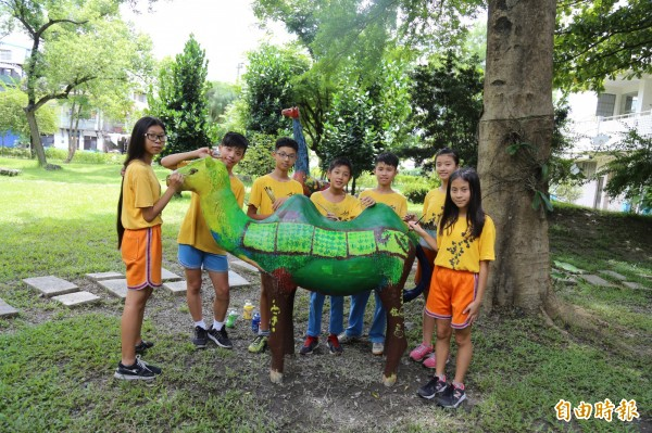 竹田國小6年級學童幫水泥動物穿上家鄉風景。(記者邱芷柔攝)
