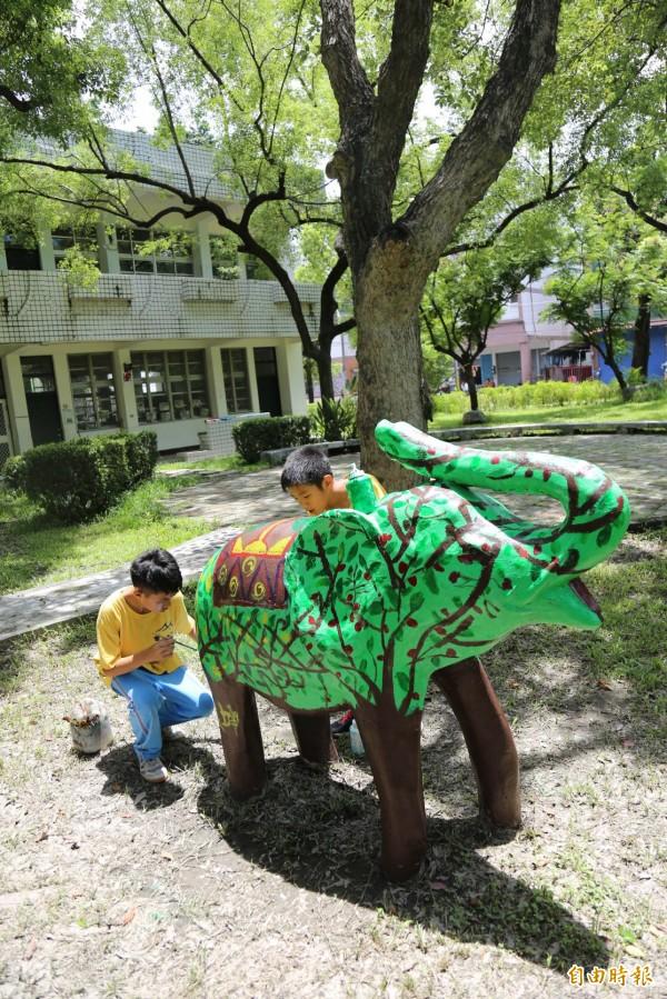 水泥大象身上畫有竹田國小特有的櫻桃樹意象。(記者邱芷柔攝)