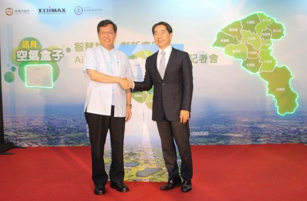 AirBox 空氣盒子啟動,桃園市長鄭文燦(圖左)與訊舟科技執行長任冠生(圖右)親自出席。(訊舟提供)