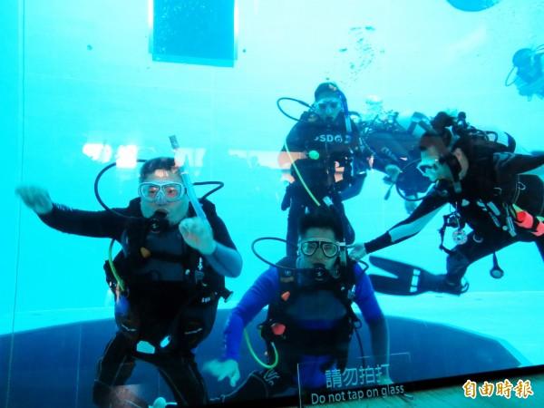 身障者經過密集訓練,完成潛水訓練。(記者張菁雅攝)