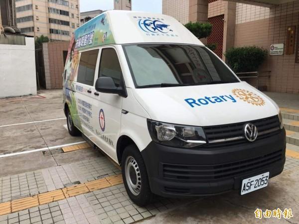 斥資三百六十萬元的行動醫療巡迴車,可在車內進行內科及婦產科診療。(記者劉禹慶攝)