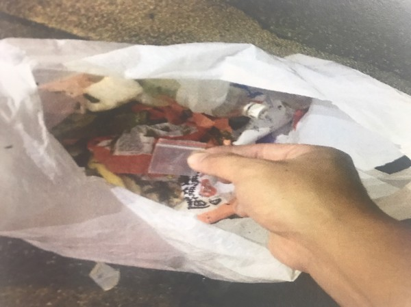 警方在垃圾袋裡找到安非他命。(記者徐聖倫翻攝)