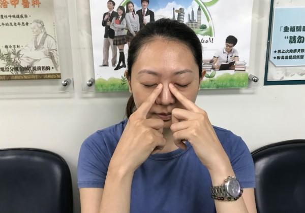 大里仁愛醫院中醫科主任鄭易書建議,考生若看書過久眼睛疲勞,可按壓眼内側靠近鼻子凹陷處的「睛明穴」。(記者陳建志翻攝)
