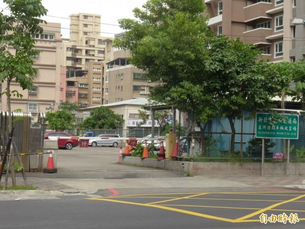新北市蘆洲區長榮路上的汽車保管場。(記者李雅雯攝)