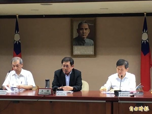左起為礦務局長朱明昭、經濟部次長楊偉甫、法規會執祕鄭國榮。(記者黃佩君攝)