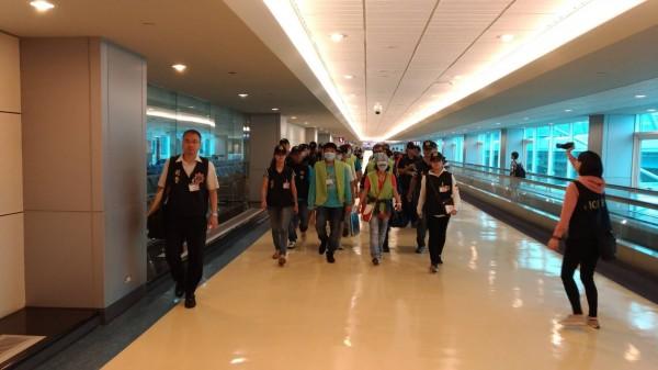 這批16名台籍詐欺犯下午返抵國門,有人抵達桃園機場時,竟感動的熱淚盈眶。(記者姚岳宏翻攝)
