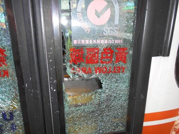 公車前門被砸毀。(記者徐聖倫翻攝)