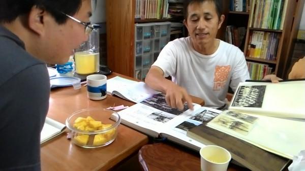 國立成功大學團隊拜訪東山水雲地區居民,尋找協助當地發展的不同可能。(成功大學台文系提供)