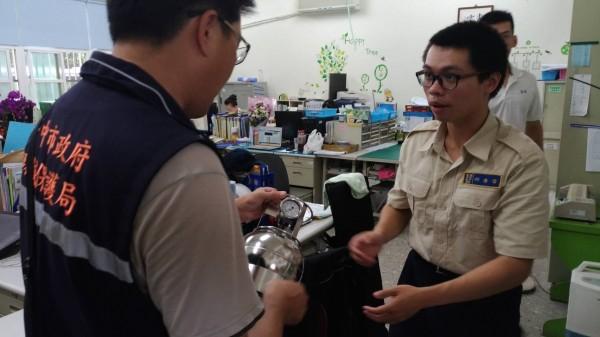 環保局人員提供氣體採樣鋼瓶給學校,可第一時間蒐集。(記者蔡淑媛翻攝)