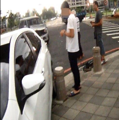 吳姓少年(左白上衣)無照開車發生車禍,警方意外發現擔任詐欺車手,還「黑吃黑」私吞48萬贓款。(記者陳建志翻攝)