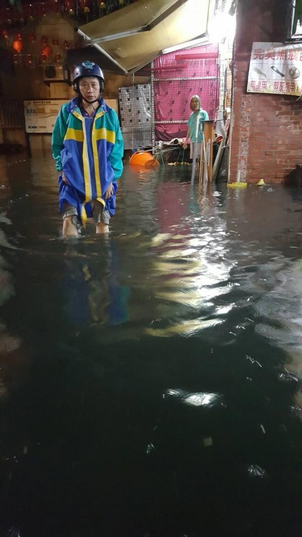 鹿港老街在617凌晨,水淹小腿肚。(魏秀娟提供)