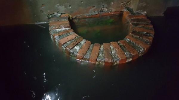 鹿港老街的半邊井,在617凌晨快要被淹沒了。(魏秀娟提供)