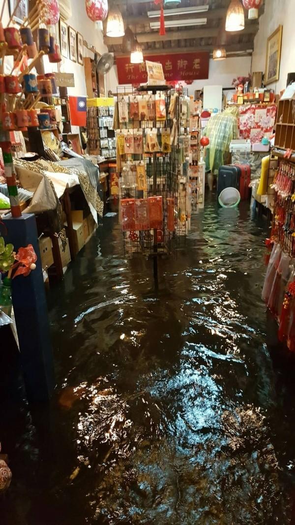 鹿港老街的店家,在617凌晨全遭大雨淹進店面。(魏秀娟提供)