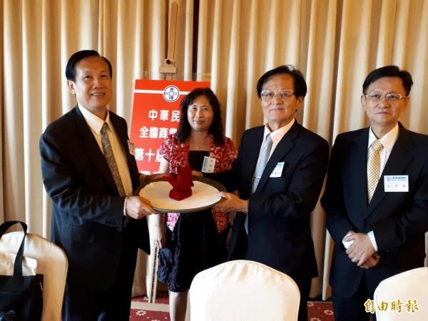 全國商業總會今改選理監事,賴正鎰(左1)連任。(記者羅倩宜攝)