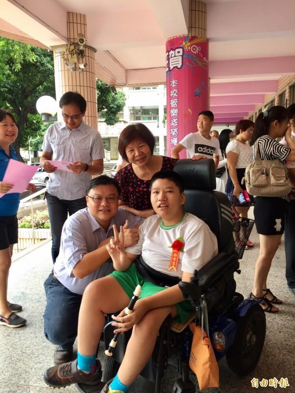 從安慶國小畢業,李郁竣(右)與陪伴他6年的助理員高秋足(中)接受師長的祝福。(記者廖淑玲攝)