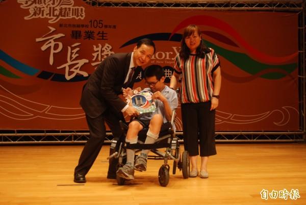 鳳鳴國中畢業生張聖治,即使手腳不便,仍樂愛上學,珍惜每一刻與同學相處的時光。(記者張安蕎攝)