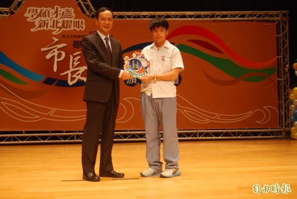鷺江國中畢業生李奕寯跳脫一般升學體制,卻因此培養出創客專才,參加全國機械人組裝比賽獲得第二名,成為特殊生優秀教育案例。(記者張安蕎攝)