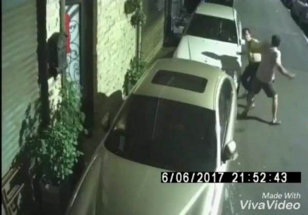 陳男出手毆打李男。(記者余衡翻攝)
