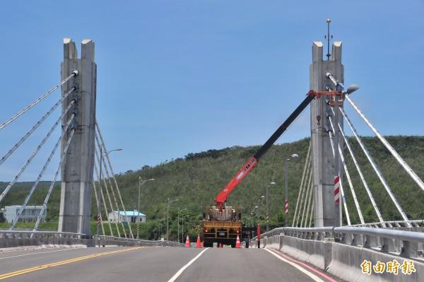 車城景觀橋最近開始全力維修。(記者蔡宗憲攝)