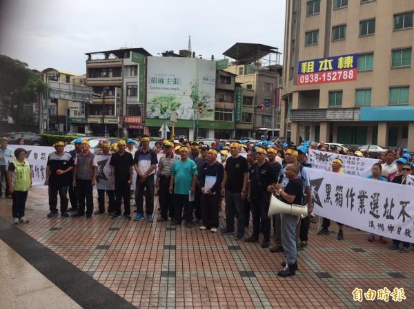 自救會成員今到議會廣場拉布條抗議。(記者張聰秋攝)
