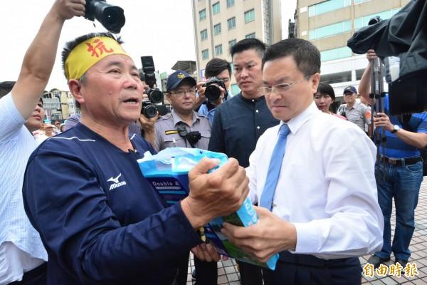自救會長劉禮財頭綁抗議布條向縣長魏明谷表達心聲。(記者張聰秋攝)
