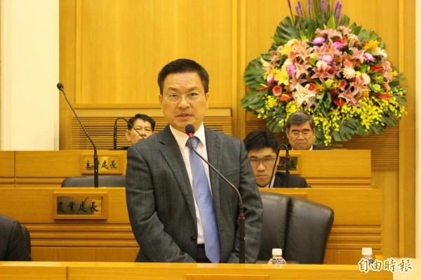 魏明谷在議會答覆議員質詢首度鬆口表明願意再選其他地點比較,重新評估選址。(記者張聰秋攝)
