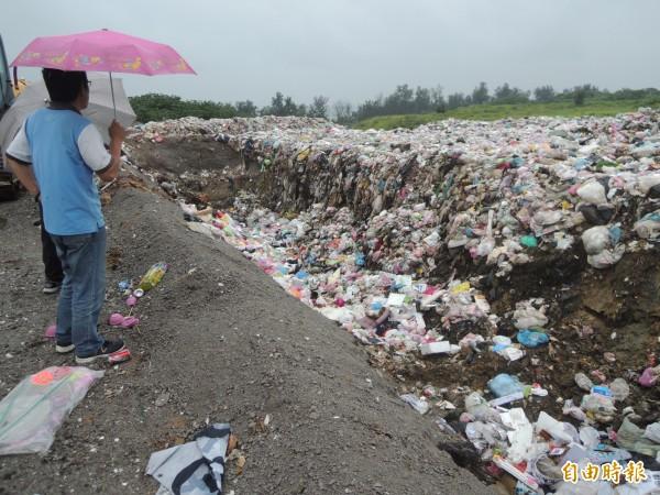 新竹縣政府爭取到台北市政府協助焚燒5000公噸垃圾,預計6月底前啟動,但前提是各鄉鎮市須提供場地,以暫置回運底渣,日後再委外清運到製磚場再利用。(記者廖雪茹攝)