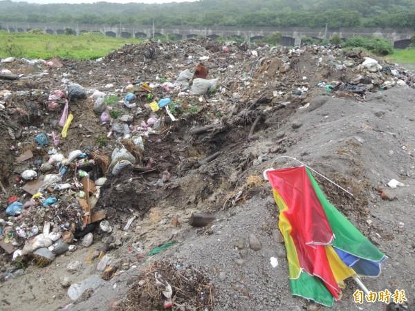 因應地方強烈反彈堆置總計7400多公噸垃圾,新竹縣政府已爭取北市府支援焚燒,但目前卡在底渣回運問題。(記者廖雪茹攝)