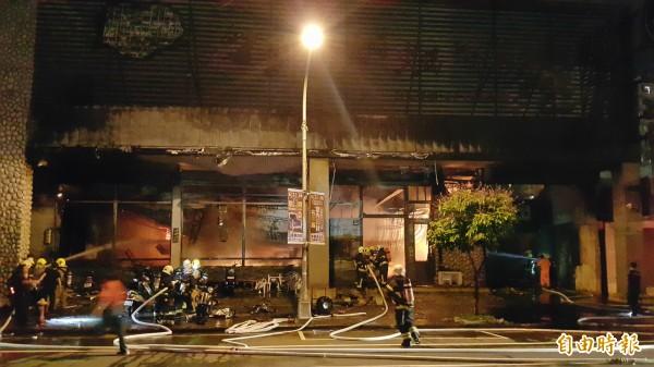 高市1家火鍋店2度起火燃燒,消防隊到場滅火中。(記者陳文嬋攝)