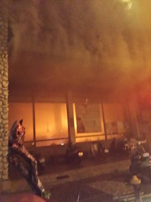 高市1家火鍋店2度起火燃燒,消防隊到場滅火中。 (記者陳文嬋翻攝)