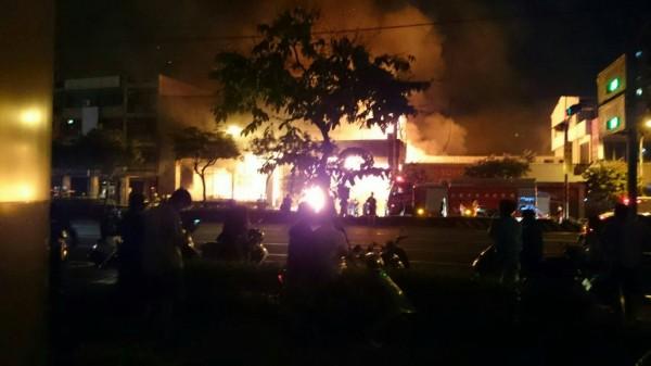 高市1家火鍋店2度起火燃燒,消防隊到場滅火中。(民眾提供)