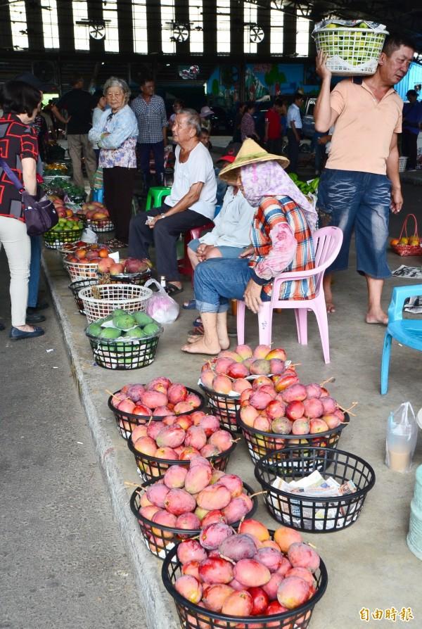 民眾前往玉井青果市場,產地直購。(記者吳俊鋒攝)