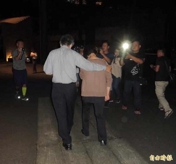採訪結束後,陳父挽著妻子,在暗夜中步行離去。(記者江志雄攝)