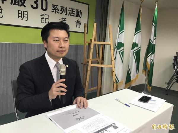 張志豪轉述民進黨中常會內容。(記者蘇芳禾攝)