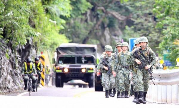 陸軍特戰指揮部官兵進行山隘行軍。(軍聞社提供)