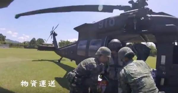 陸軍特指部官兵正進行山隘行軍,黑鷹直升機加入操演。(擷取自陸軍影片)