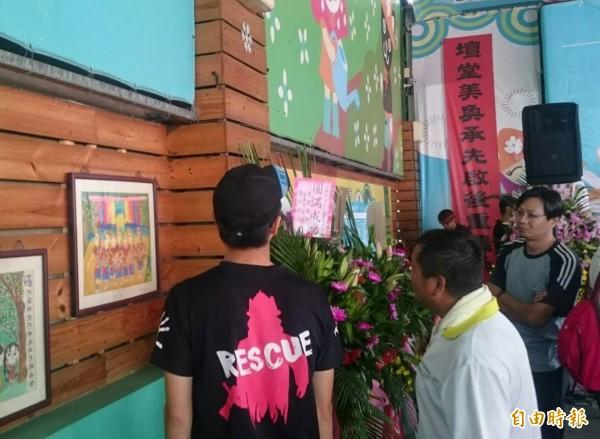 花壇鄉農會今天舉辦茉莉花產業推廣活動,茉莉花散發出的花香吸引大批蜜蜂飛舞聚集,民眾好奇觀看。(記者湯世名攝)