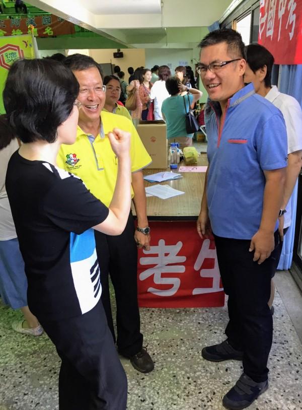 南市教育局長陳俢平(前左一)到台南女中了解高中入學特招試務情形。(記者王俊忠翻攝)
