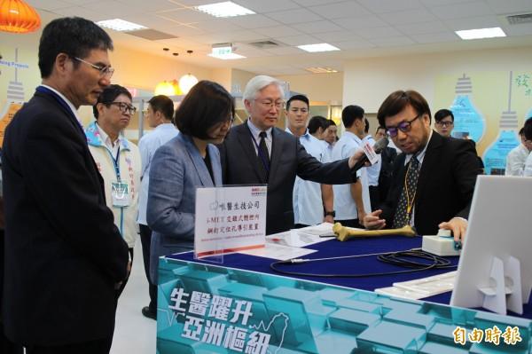 小英總統參觀竹北生醫園區研發大樓內的相關產業創新進展。(記者黃美珠攝)