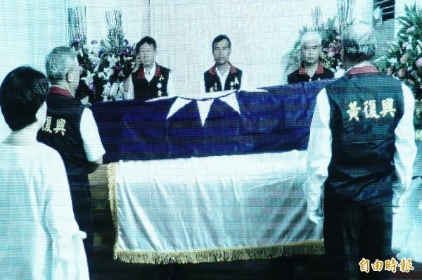 棺木上覆蓋國民黨黨旗及扶輪社旗。(記者何宗翰攝)