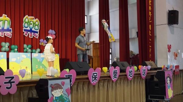 富春國小幼兒園畢業典禮「搞」飛機吸睛。(富春國小提供)