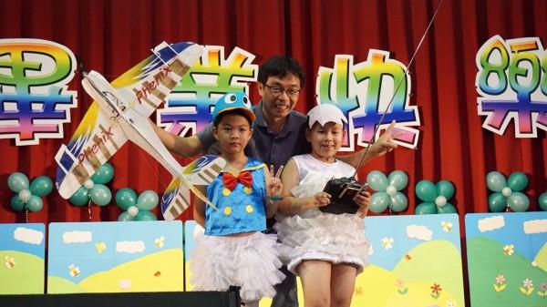 富春國小鄭宏吏老師指導學生遙控自製飛機,為幼兒園畢業典禮創造驚喜。(富春國小提供)