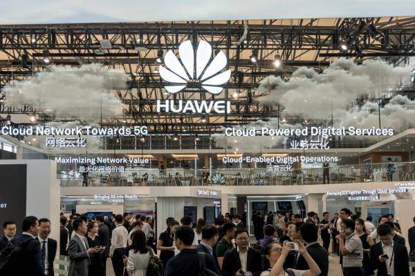 中國華為將在日本新建大型工廠,這是華為首次在日本設廠,也是中企首度赴日正式新設工廠。圖為上海世界移動通訊大會中華為攤位。(路透)