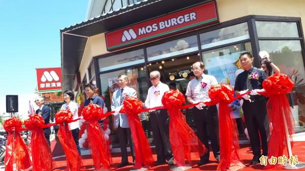 摩斯漢堡台東店今天剪綵開幕。(記者黃明堂攝)